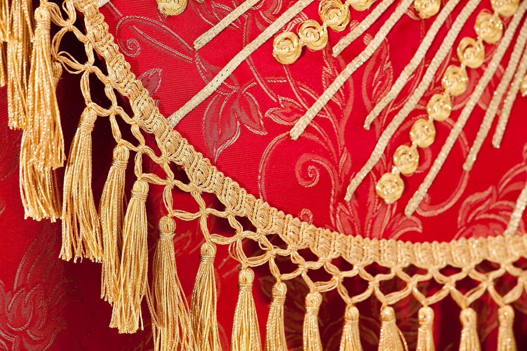 particolare piviale rosso e oro