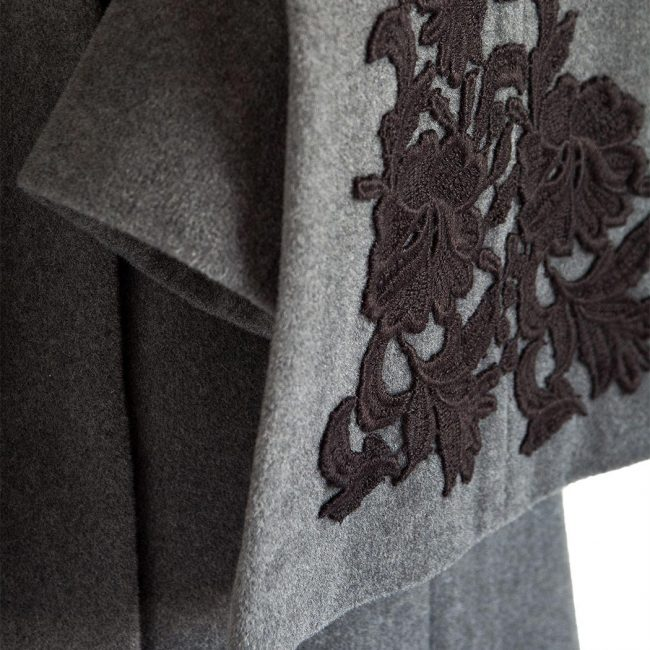 dettaglio abito drapè e mantella